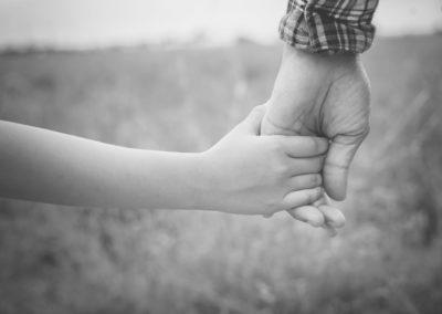Holdinghand-min